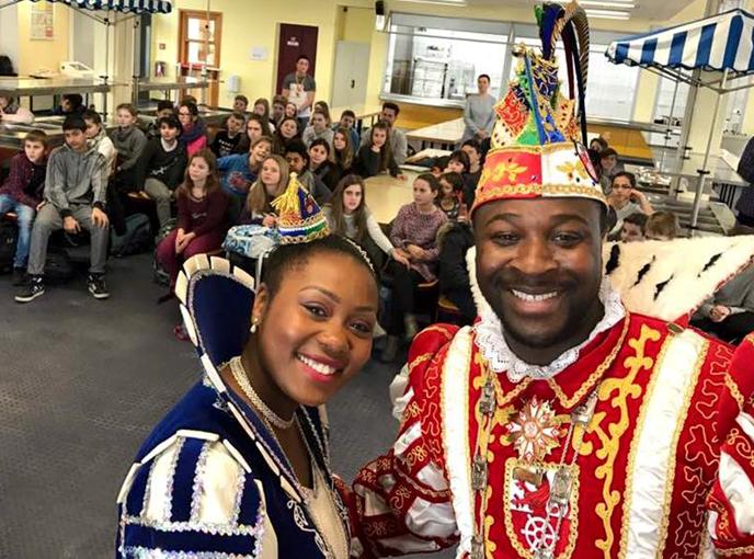 Prinzenpaar Samuel I. und Jacinta I. steckt Schülerinnen und Schüler der Jahrgänge 5 und 6 mit Karnevalsstimmung an